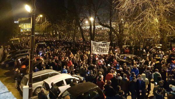 Prostor ispred crke Svetog Đorđa premali je da primi vernike - Sputnik Srbija