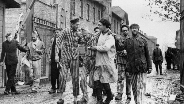 Borci Crvene armije oslobađaju zarobljenike iz nemačkog nacističkog logora Aušvic. - Sputnik Srbija