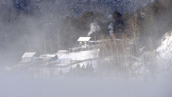 Dom na beregu reki Eniseй v taežnoй mestnosti - Sputnik Srbija