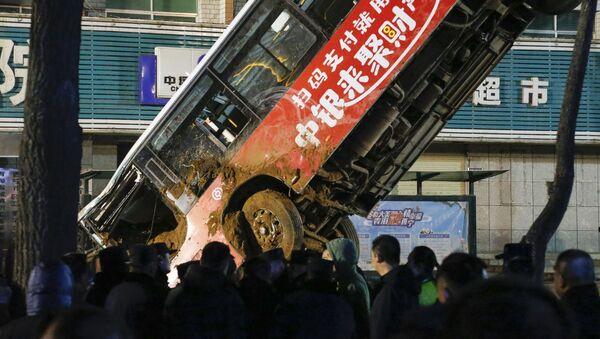 Аутобус упао у рупу на путу у кинеском граду Сининг - Sputnik Србија