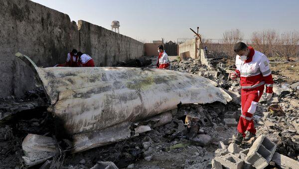 Spasioci na mestu pada ukrajinskog aviona u blizini Teherana - Sputnik Srbija