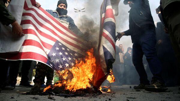 Demonstranti  u Teheranu pale američku i britansku zastavu na protestima protiv ubistva iranskog generala Kasema Sulejmanija - Sputnik Srbija