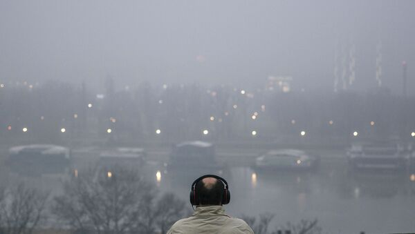 Човек седи на клупи на Калемегдану у Београду - Sputnik Србија