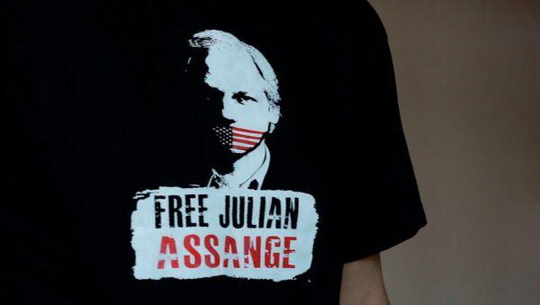Poruka na majici Emira Kusturice Sloboda za Džulijana Asanža - Sputnik Srbija