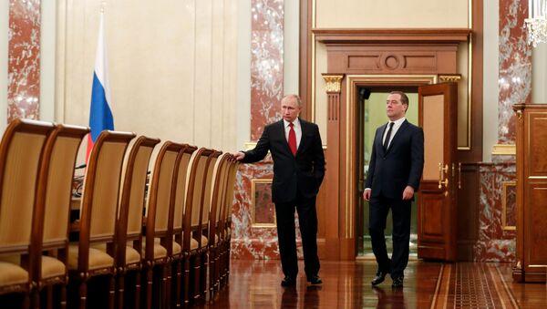 Председник Русије Владимир Путин и премијер Дмитриј Медведев пре састанка Владе Русије у Москви - Sputnik Србија