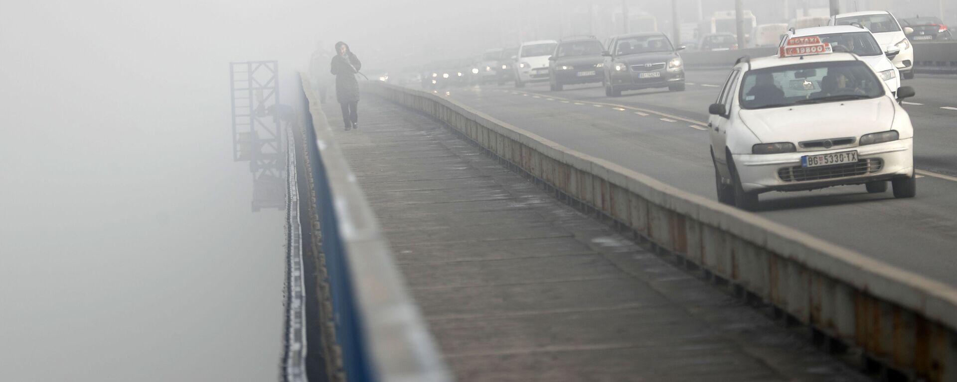 Девојка прелази мост по магли у Београду - Sputnik Србија, 1920, 11.09.2021