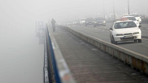 Devojka prelazi most po magli u Beogradu - Sputnik Srbija