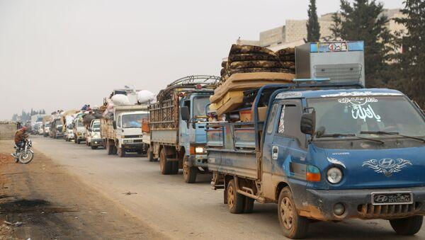 Kamioni sa civilima napuštaju Marat el Numan na severnu sirijske provincije Idlib. - Sputnik Srbija