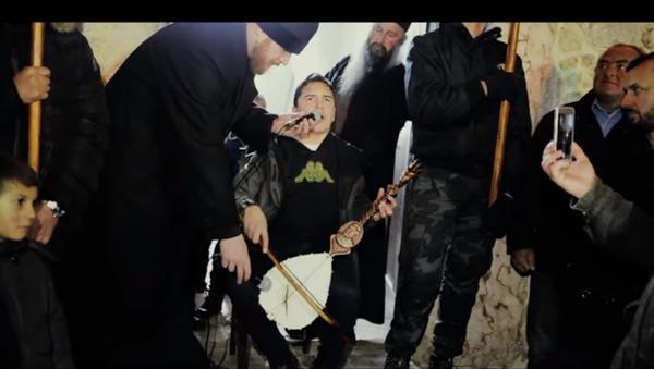Dečak gusla na molebanu u Beranama - Sputnik Srbija