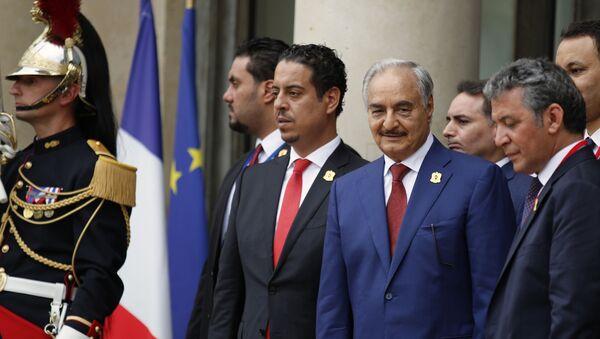 Генерал Хафтар снимљен на Међународној конференцији о Либији у Паризу - Sputnik Србија
