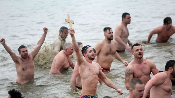 Учесници пливања за часни крст на београдском Дорћолу - Sputnik Србија