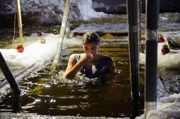 Жена током купања на језеру Верх-Исетски у Јекатеринбургу. - Sputnik Србија