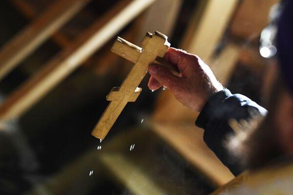 На празник Богојављења у Владивостоку свештеник врши обред освештања воде.  - Sputnik Србија