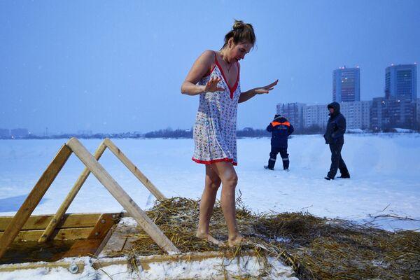 Жена током богојављенског купања на језеру у предграђу Новосибирска. - Sputnik Србија