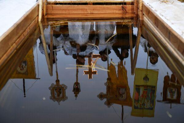 Свештеници током богојављенског купања на језеру у предграђу Новосибирска. - Sputnik Србија