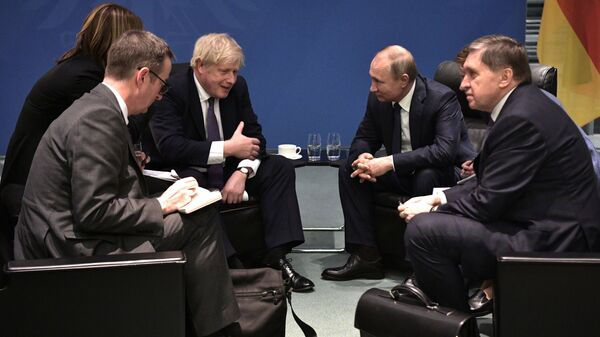 Britanski premijer Boris Džonson i predsednik Rusije Vladimir Putin na sastanku u Berlinu - Sputnik Srbija