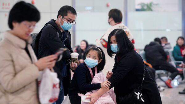 Putnici na aerodromu u Šangaju nose maske - Sputnik Srbija