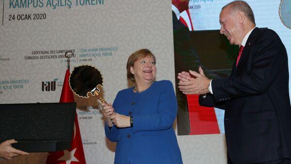 Председник Турске Реџеп Тајип Ердоган поклонио Ангели Меркел огледало и шлем - Sputnik Србија