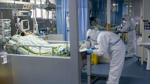 Lekari na odeljenju intenzivne nege u bolnici u kineskom Vuhanu - Sputnik Srbija