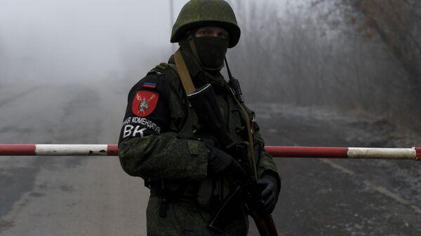 Припадник снага самопроглашене Доњецке Народне Републике током размене заробљеника са Кијевом - Sputnik Србија