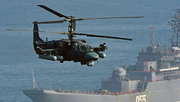 Helikopter Ka-52 Aligator i veliki desantni brod Admiral Neveljskoj na vojnim vežbama Pacifičke flote  - Sputnik Srbija