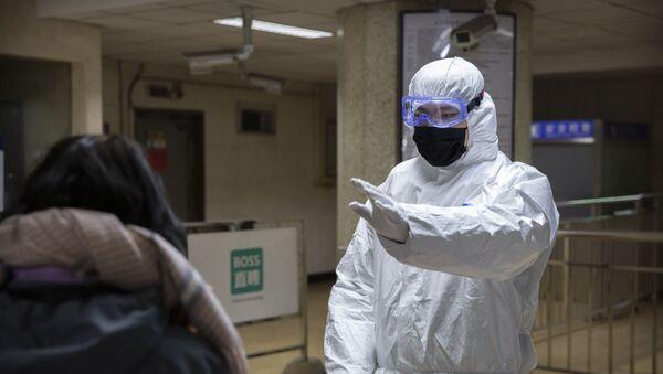 Radnik u zaštitnom odelu u metrou u Pekingu - Sputnik Srbija
