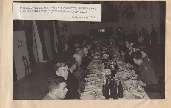 Ручак официрског састава совјетске, америчке и британске флоте - Sputnik Србија