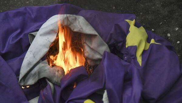 Pristalice Bregzita pale zastavu Evropske unije u Londonu - Sputnik Srbija
