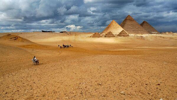 Kompleks piramida u Gizi je skup drevnih spomenika na visoravni Giza u predgrađu Kaira, moderne prestonice Egipta. Smatra se da su zgrade nastale u drevnom kraljevstvu Starog Egipta.  Keopsova piramida jedini je preostali spomenik od sedam čuda drevnog sveta. Takođe je nacionalno blago Egipta. - Sputnik Srbija