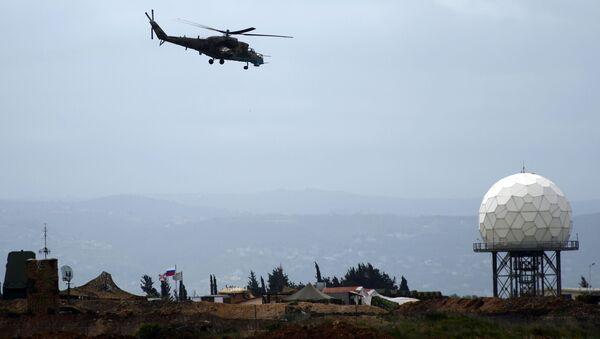 Руски хеликоптер Ми-35 лети изнад авио-базе Хмејмим у Сирији - Sputnik Србија