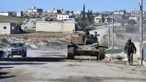 Vojnici sirijskih snaga u gradu oslobođenom od terorista El Dejr el Šarkiju na jugoistoku provincije Idlib - Sputnik Srbija
