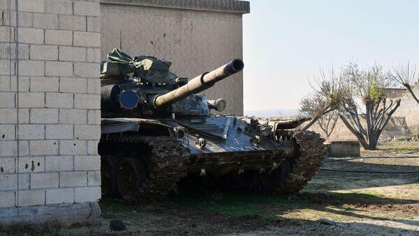 Tenk sirijske vojske na položajima u provinciji Idlib - Sputnik Srbija