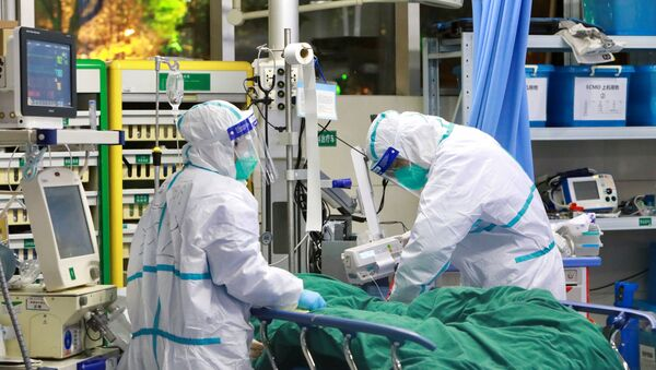 Lekari leče pacijenta sa upalom pluća uzrokovanom novim koronavirusom u bolnici u kineskom Vuhanu - Sputnik Srbija