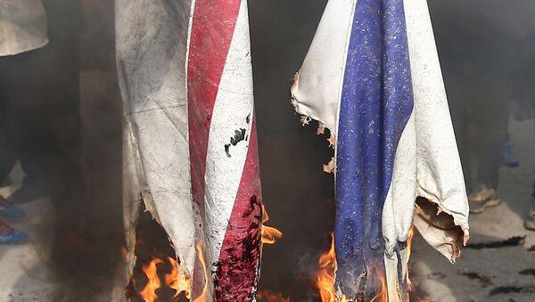 Demonstranti pale zastave Izraela i SAD na protestu u Teheranu - Sputnik Srbija