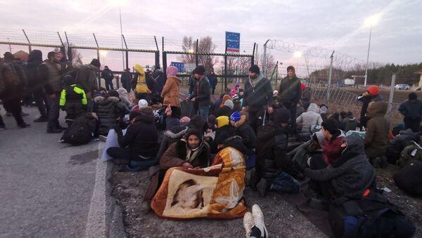 Мигранти на Келебији траже да их пусте у Мађарску - Sputnik Србија
