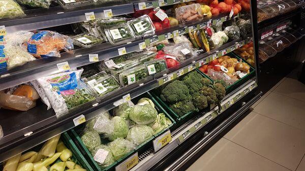 Voće i povrće u frižideru u marketu - Sputnik Srbija