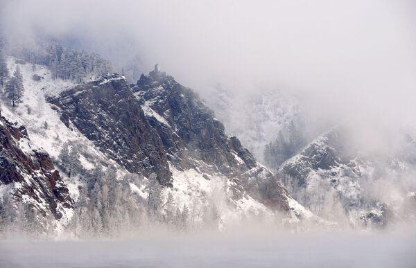 Скала Монах у хладној магли на реци Јенисеј у предграђу града Дивногорска - Sputnik Србија