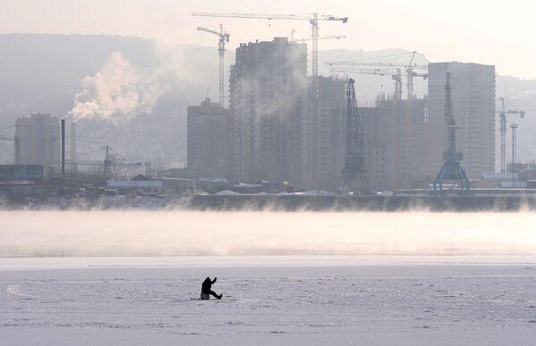 Рибар на леду реке Јенисеј  - Sputnik Србија