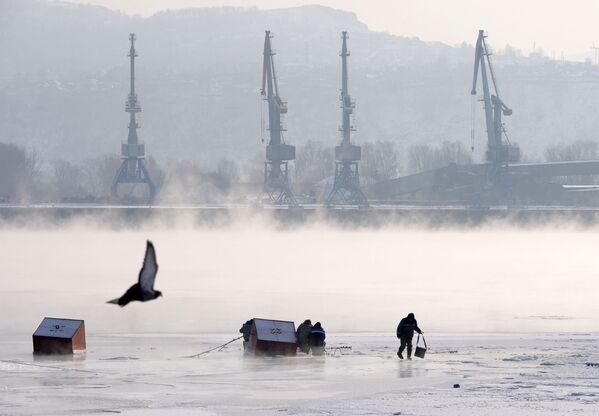 Рибари на леду реке Јенисеј  - Sputnik Србија