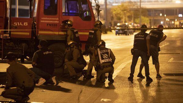 Тајландска полиција испред тржног центра у Нахон Рачасими током пуцњаве у којој је погинуло најмање 27 особа - Sputnik Србија