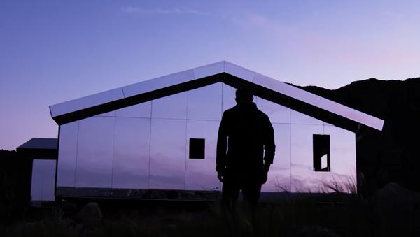 Кућа прекривена великим огледалима - Sputnik Србија