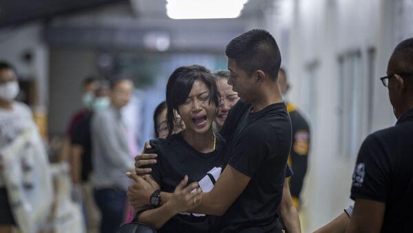 Рођака једне од жртава војника који је починио масовно убиство у тржном центру Корат, на североистоку Тајланда - Sputnik Србија