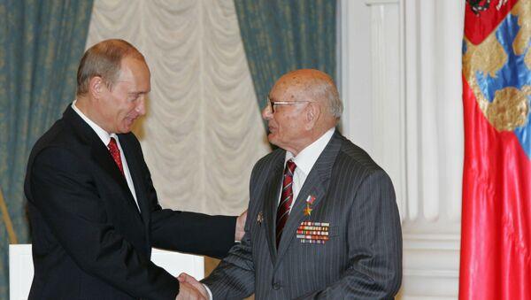 Председник Русије Владимир Путин и бивши совјетски обавештајац Алексеј Ботјан - Sputnik Србија