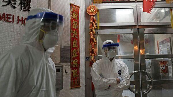 Radnici u zaštitnim odelima u Hongkongu - Sputnik Srbija