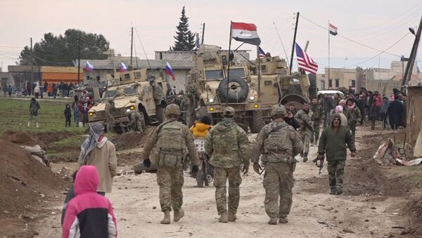 Američki vojni konvoj zaglavljen u selu Hirbet Amu u Siriji - Sputnik Srbija