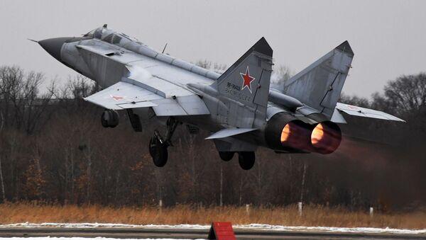 Lovac-presretač MiG-31 poleće sa piste aerodroma u Primorskom kraju Rusije - Sputnik Srbija