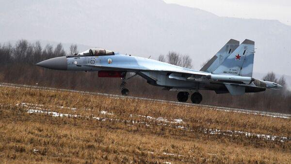 Вишенаменски ловац Су-35С полеће са писте аеродрома у Приморском крају Русије - Sputnik Србија