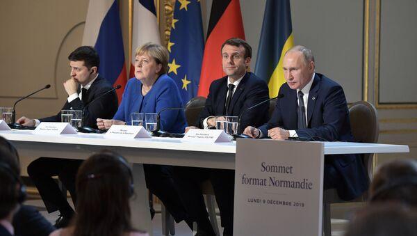Predsednik Ukrajine Vladimir Zelenski, nemačka kancelarka Angela Merkel, predsednik Francuske Emanuel Makron i predsednik Rusije Vladimir Putin na zajedničkoj konferenciji za medije nakon samita Normandijske četvorke u Parizu - Sputnik Srbija