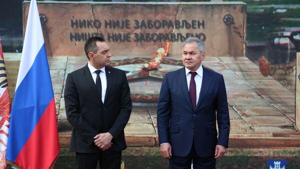 Srpski ministar odbrane Aleksandar Vulin i ruski mistar Sergej Šojgu na ceremoniji polaganja venaca - Sputnik Srbija