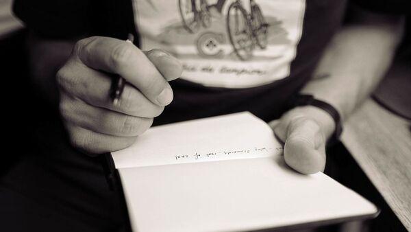 Pisanje poruke na papiru - Sputnik Srbija